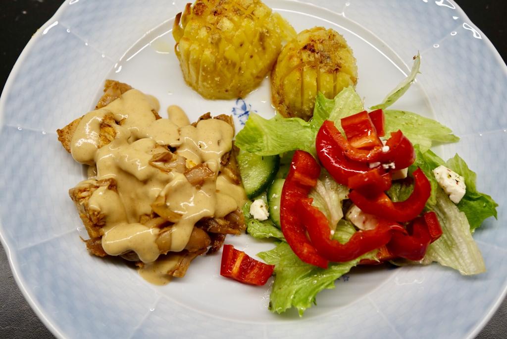 Gräddsås med brynt smör och grillad kyckling