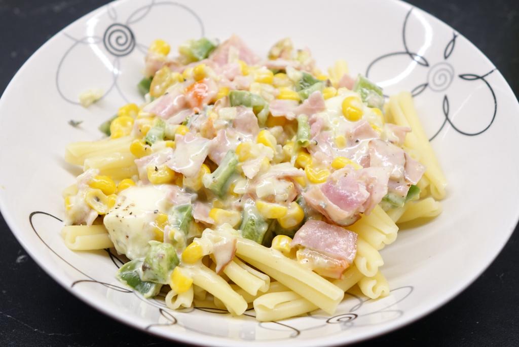 Paprikapasta med skinka, majs och ädelost