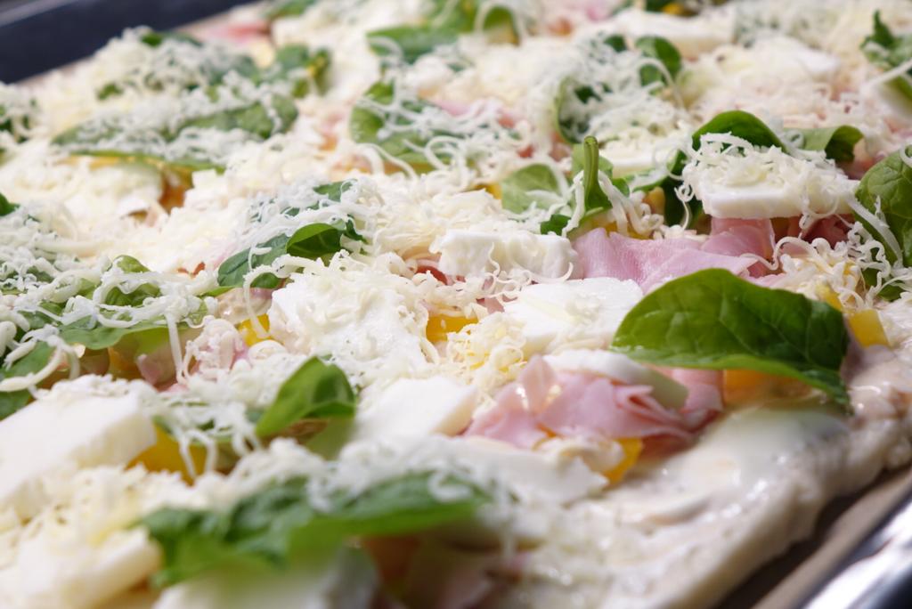 Pizza med halloumi och färsk spenat