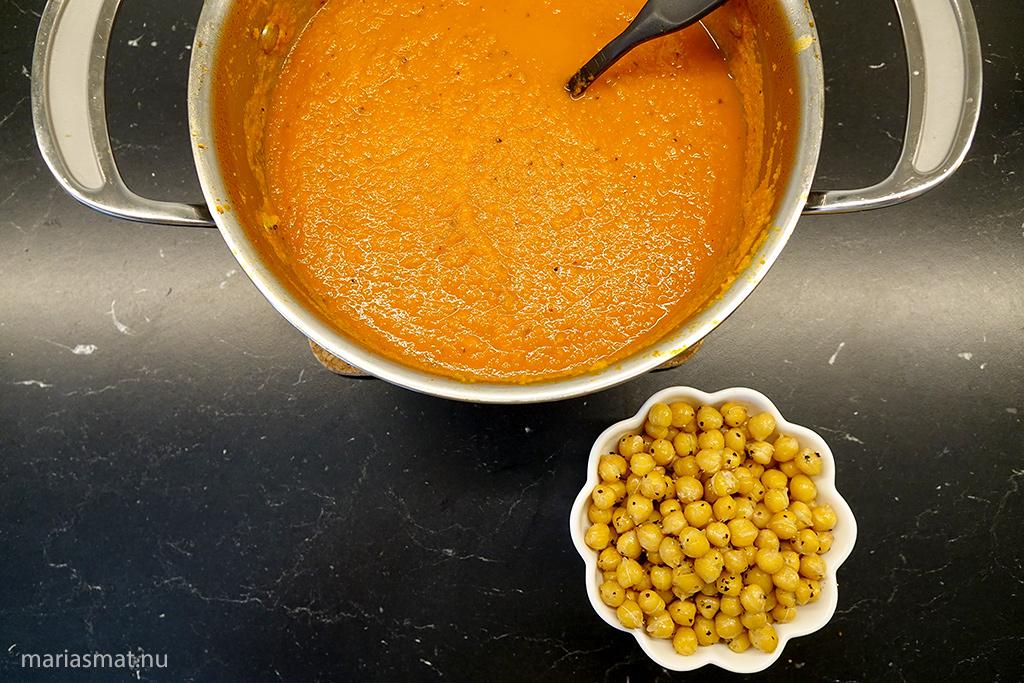 Morotssoppa med jordnötssmör och rostade kikärtor